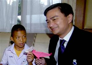Mong Thongdee, left, poses with Thailand's Prime Minister Abhisit Vejjajiva and paper airplanes during a meeting in Bangkok, Thailand on Sept. 3, 2009.